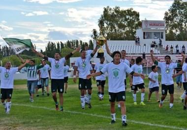 """¡Bicampeones! Los jugadores del """"Verde"""" le llevan la copa a su gente. Es un mérito especial luego del desenlace en el Torneo Federal B."""