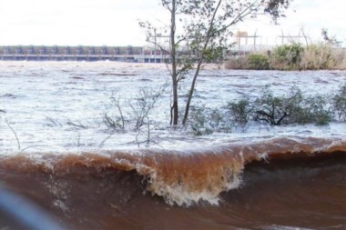 Las aguas suben turbias en el amenazado Litoral argentino.