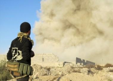 Un soldado iraquí observa el humo que sale en el barrio de Ramadi Hoz, a unos 110 kilómetros al oeste de la capital Bagdad.