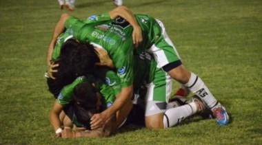 El festejo de Germinal tras el gol de Zampini. (Foto: La Verdad de Ayacucho).
