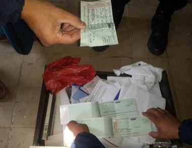 En los registros, se hallaron cheques en los rollos de papel higiénico.