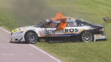 Espectacular escape de Mauro Giallombardo de su auto en llamas.