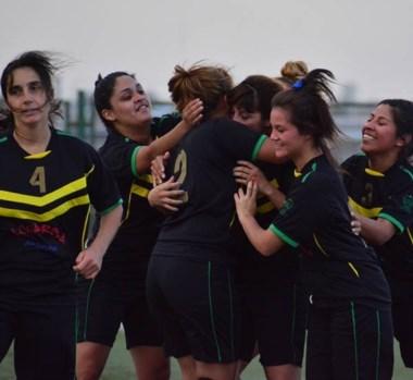 Las chicas de Barraca Central celebraron el campeonato en el CEDETRE, tras vencer ayer a Ever Ready.