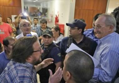 Cara a cara. A la izquierda, Goodman, líder de ATECh, le recrimina al jefe del bloque radical, Roberto Risso, mientras todo parecía desbandarse.