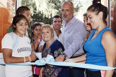 Más y mejor lugar. María Rosa y el gobernador, junto con los chicos, inauguran los flamantes dormis.
