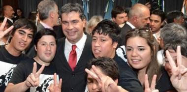 """Militancia. Una postal de """"Coqui"""" en la cordillera, posando con un grupo de jóvenes militantes que pudieron saludarlo bien cerca."""