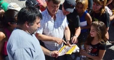 De recorrida. Esta vez el intendente junto a la militancia salió a visitar a los vecinos del barrio Etchepare.