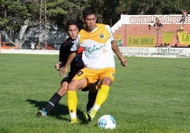Cristian Salinas domina el balón. Fue el autor del primer gol de La Ribera.