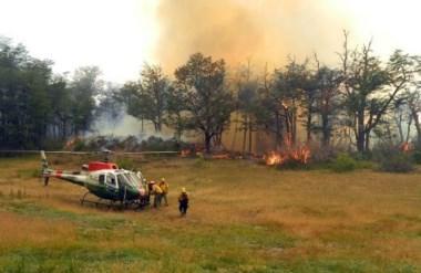 Continúan esfuerzos de brigadistas para controlar incendios forestales en el noroeste de Chubut.