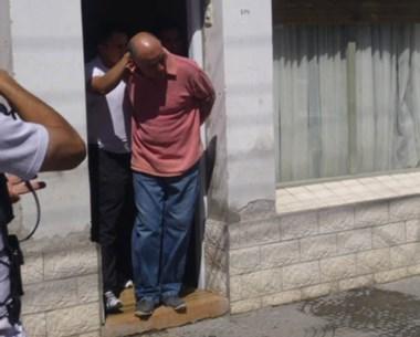El imputado continúa su prisión. La Policía lo retiraba de su dormitorio para ir a declarar.