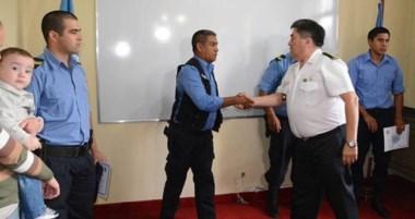 El jefe de Policía, Rubén Cifuentes, homenajeó a los cabos De Lima y al agente Ferré ayer en Comodoro.