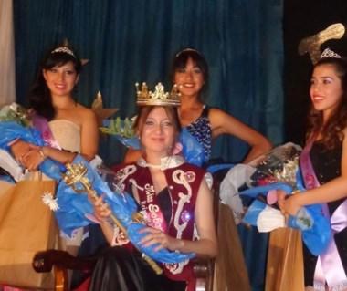 La nueva soberana, con las Princesas y Miss Simpatía.