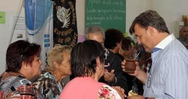 Durante su visita al centro de jubilados, Máximo Pérez Catán dialogó con miembros de su comisión directiva.