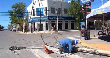 Un vehículo de una empresa privada enganchó accidentalmente  un poste de alumbrado público.