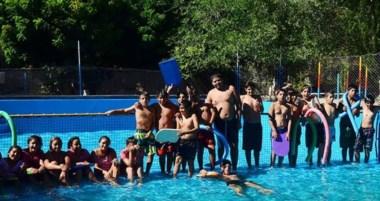 Niños entre 6 y 12 años disfrutan de diversas propuestas y actividades deportivas y recreativas .