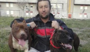 Ariel Portillo, quien habló del caso, junto a perros de la raza Pitbull.