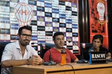 Apuzzo durante la conferencia de prensa que compartió junto al capitán Eduardo Domínguez y a Patricio Toranzo.