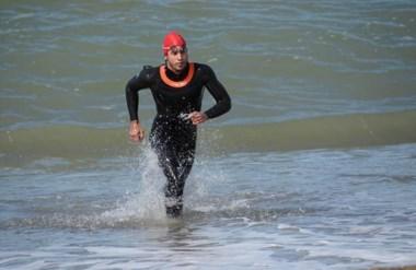 El nadador capitalino Maximiliano Aragón, saliendo del agua en la costa de Playa Unión, bajo las toninas.