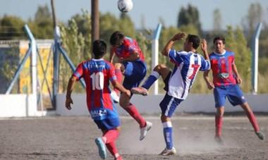 """Patricio Gargini, con la """"7"""" de Los Aromos, alza las manos. El futbolista convirtió uno de los dos goles de su equipo ayer."""