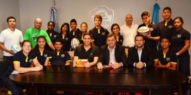 La delegación de deportistas colombianos visitó al intendente Pérez Catán e intercambiaron obsequios.
