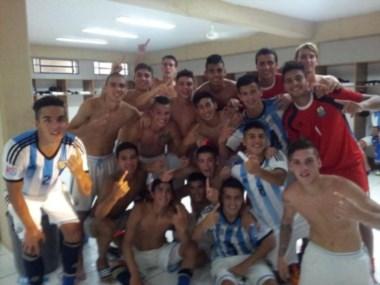 Después de lograr la victoria en el clásico sudamericano, los argentinos posaron para esta foto.