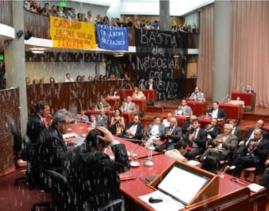 Papelitos. El ministro terminó su discurso y una lluvia de papel picado rompió la solemnidad del recinto.