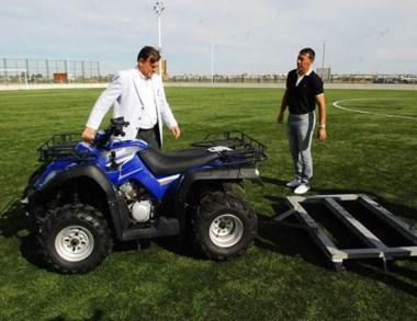 El intendente Máximo Pérez Catán haciendo entrega del cuatriciclo.