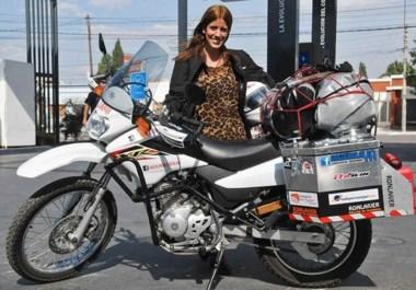 """Guadalupe y su moto """"Sami"""", juntas desandan los caminos patagónicos. Quiere conocer todos los países de Sudamérica."""