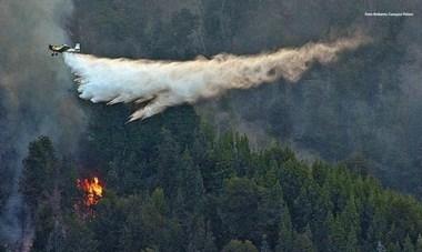 Agua. Una postal de los aviones hidrantes que sin cesar sacan agua de los lagos y la desparraman sobre las llamas que siguen muy activas.