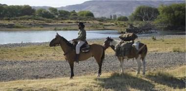 Para visitar la Patagonia Themo Anargyros compró 2 caballos: Pilchero y Pitufo.  Los adquirió en Bariloche y desde allí llegó cabalgando a Trelew.