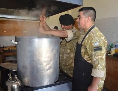 Menú del día. Dos soldados preparan la comida para los brigadistas.