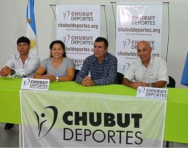Fabián González junto a su hija Layla, Ricardo Fueyo, presidente de Chubut Deportes, y Martín Prusso.