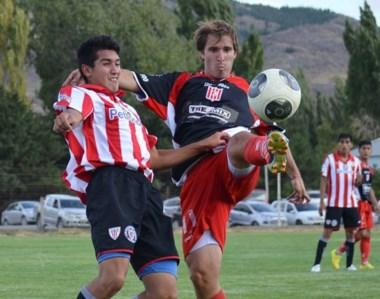 Racing de Trelew demolió en Esquel a Independiente por 4-0. Con la pelota, Martín Bataller.