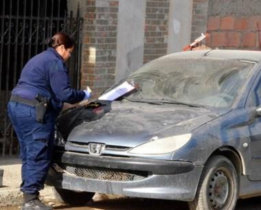 Momento clave. Policía secuestraba un auto con manchas de sangre.