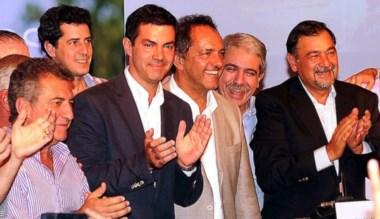 Urtubey (segundo desde la izquierda) festeja su amplio triunfo.