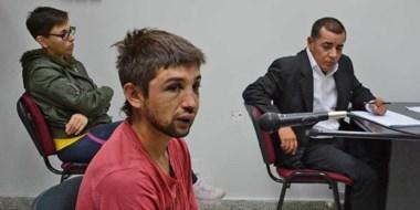 Emanuel Leonardo Risato en la audiencia de ayer con las huellas de los golpes en su rostro. Un mes preso.