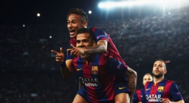 Festejo made in Brasil. Neymar, autor de los dos goles, junto a Dani Alves.