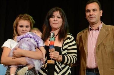 Luchadora. Vanesa García, elegida Personalidad del año, junto a su hija Jenny y a su nieta Mia.