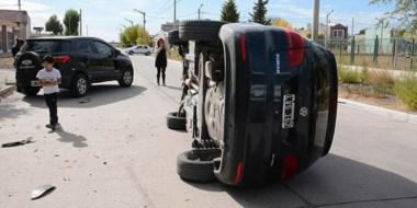 La camioneta estacionada sufrió daños laterales y  afortunadamente no había personas dentro.