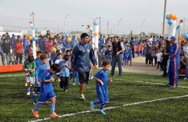 La familia del club Juan José Moreno se reunió para inaugurar la cancha de fútbol 8 de césped sintético.