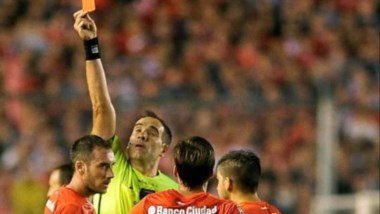 Silvio Trucco le mostró la roja a Mancuello en el partido ante Boca Juniors.