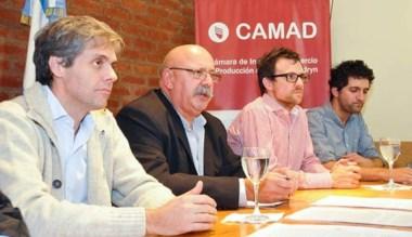Zonza Nigro junto a otros funcionarios con la CAMAD en Madryn.