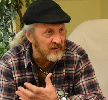 Ariel Hughes lleva  37 años haciendo radio  y  comunicando la propuesta del  Inta a los productores.