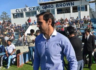 """Andrés Yllana, DT de Brown. La """"banda"""" mejoró en los resultados."""