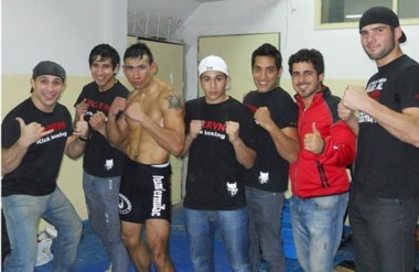 """Puños arriba. Los protagonistas después del combate en el """"Devil Fight Night"""" de Comodoro Rivadavia."""