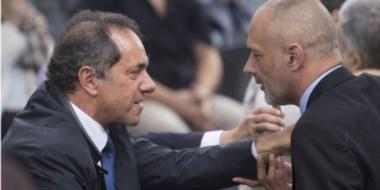Los gobernadores de las provincias de Buenos Aires y Chubut, Daniel Scioli y Martín Buzzi, dialogando.