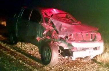 La camioneta Toyota quedó con su frente destruido tras el impacto.