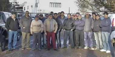 Los trabajadores afectados durante el reclamo del pago de sus indemnizaciones frente a Lanera Austral.
