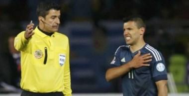 Romero patea y todos observan. Argentina se quedó sin Andújar, que será reemplazado por Marchesin.