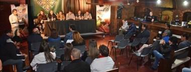 Gastón Rehl, Ioana Piccardini, Bruno Echegaray, Ricardo Fueyo, Gabriel Restucha, Luis Costas y Daniel Restucha, ayer en Conferencia de Prensa.